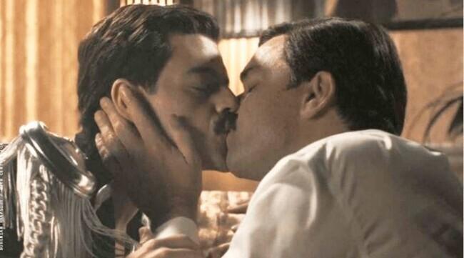 <보헤미안 랩소디>에서 프레디 머큐리(왼쪽)와 매니저 폴 프렌터(앨런 리치)가 키스하는 장면. 화면 갈무리