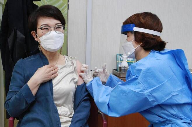 국내 코로나19 백신 접종이 시작된 26일 서울 도봉구보건소에서 의료진이 요양병원·요양시설 종사자들을 대상으로 아스트라제네카 백신 접종을 하고 있다. 사진공동취재단