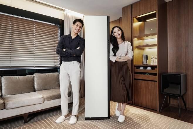 삼성전자 모델이 서울신라호텔에 마련된 '익스피리언스 룸 위드 삼성전자'에서 차별화된 AI 의류청정 솔루션을 제공하는 맞춤 가전 '비스포크 에어드레서'를 소개하고 있다. [사진=삼성전자 ]