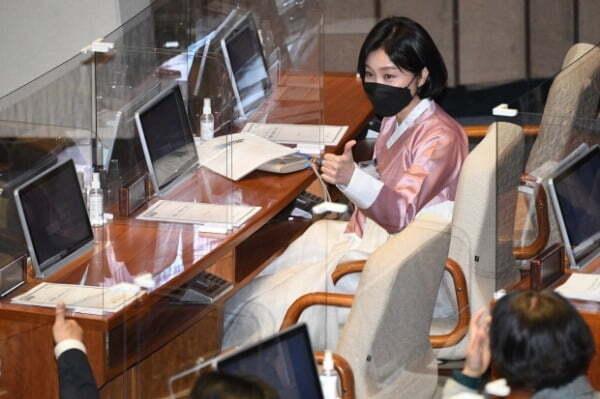허은아 국민의힘 의원이 26일 오후 서울 여의도 국회에서 열린 본회의에 한복을 입고 참석해 동료 의원의 환호에 엄지를 들고있다. /사진=뉴스1