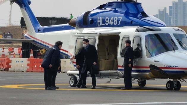 (사진) 이재용(왼쪽 둘째) 삼성전자 부회장이 1월 4일 반도체 중장기 전략을 점검하기 위해 경기도 평택사업장을 찾아 임직원과 인사를 나누고 있다. /삼성전자 제공