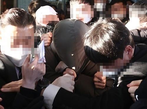 16개월 된 입양아 정인 양에 대한 아동학대 혐의로 불구속기소 된 양부 안모씨가 지난 17일 서울 양천구 남부지방법원에서 열린 2차 공판을 마치고 법원을 나서고 있다. 연합뉴스