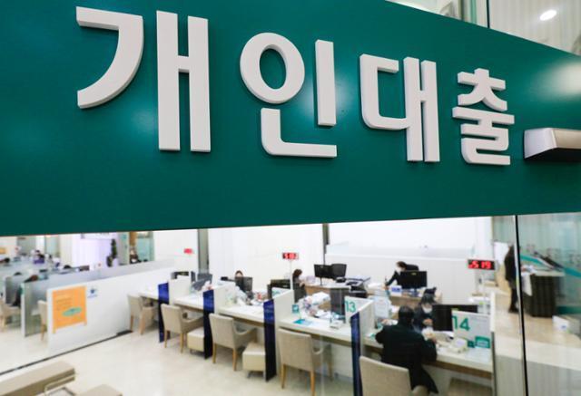 지난해 가계빚이 사상 처음으로 1,700조원을 돌파한 것으로 발표된 23일 오후 서울 중구 하나은행 대출 창구에서 고객들이 상담을 하고 있다. 뉴시스