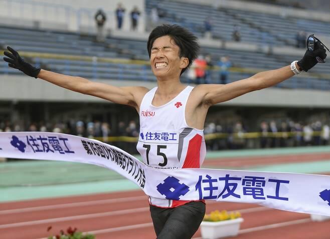 남자마라톤 일본 신기록 세운 스즈키 겐고 (오쓰[일본 시가현] 교도=연합뉴스) 스즈키 겐고가 28일 일본 시가현 오쓰에서 열린 레이크비와 마이니치 마라톤에서 2시간04분56초에 결승선을 통과하고 있다. 일본 신기록이자, 아시아 2위 기록이다.