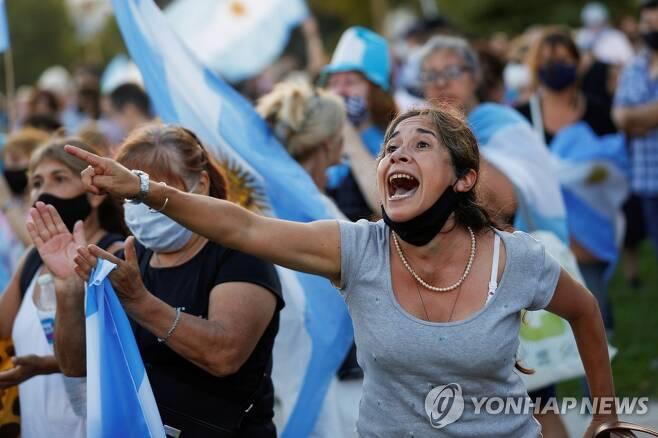 고위층의 백신 새치기 접종에 항의하는 아르헨티나 시위대 [로이터=연합뉴스]
