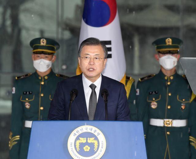 문재인 대통령이 1일 서울 종로구 탑골공원에서 열린 제102주년 3·1절 기념식에 참석해 기념사를 하고 있다. 뉴시스