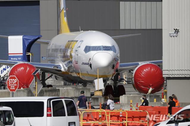 [시애틀=AP/뉴시스] 지난해 4월20일(현지시간) 미 워싱턴주 랜튼의 보잉 생산공장에서 근로자들이 보잉 737 여객기 근처에서 작업하고 있다. 2021.03.02.