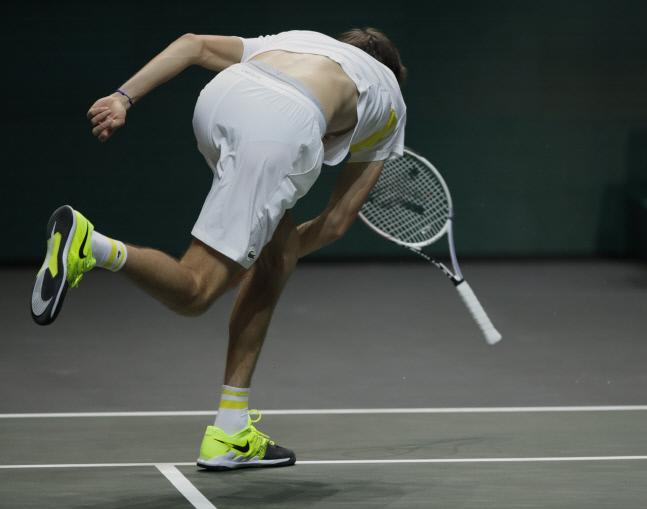 다닐 메드베데프가 3일(현지시간) 네덜란드 로테르담에서 열린 ATP 투어 500 시리즈인 ABN AMRO 월드테니스 토너먼트 단식 1회전에서 두산 라요비치를 맞아 경기가 풀리지 않자 라켓에 화풀이를 하고 있다. 로테르담/AP 연합뉴스