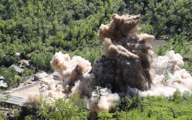2018년 북한 풍계리 핵실험 관리 지휘소시설 폭파 장면. 한국일보 자료사진