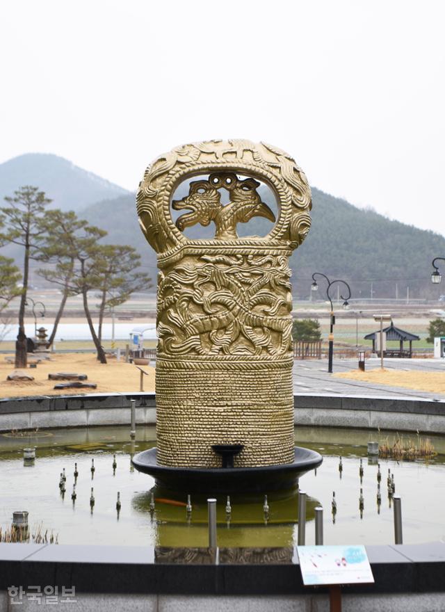 합천박물관 광장 분수에도 다라국 지배층의 상징인 봉황무늬 고리자루 큰칼 조형물을 세워 놓았다.