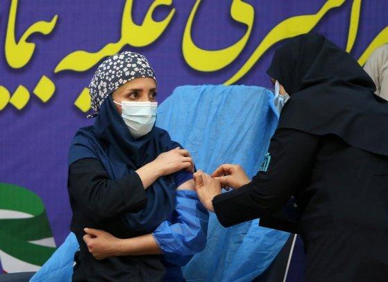 테헤란의 백신 접종 장면. 이란은 백신 2종을 임상시험 중이다. [신화=연합뉴스]