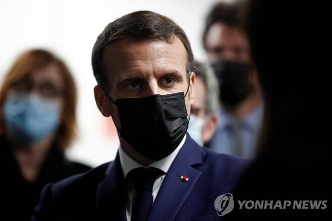 마스크 쓰고 있는 에마뉘엘 마크롱 프랑스 대통령 [EPA=연합뉴스 자료사진. DB 및 재판매 금지]