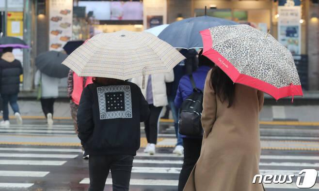 비가 내린 1월 26일 제주시 이도이동 거리에서 우산을 쓴 시민들이 발걸음을 옮기고 있다. 2021.1.26/뉴스1 © News1 오현지 기자
