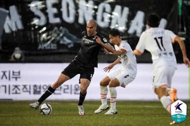 새 외인 뮬리치는 아직 몸이 100%가 되지 않은 상태에서 개막전에 임했다.(한국프로축구연맹 제공)© 뉴스1