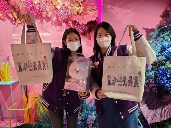 롯데쇼핑 직원들이 특별제작한 에코백을 들고 리조이스 캠페인을 알리고 있다. 롯데쇼핑 제공.