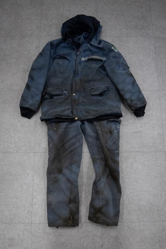 경남 김해의 한 철물 가공공장에서 일하는 서진석(29, 가명)씨의 작업복. 하루에서 이틀 정도만 입어도 이렇게 지저분해진다.