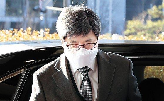 김명수 대법원장이 지난달 4일 오전 서울 서초구 대법원으로 출근하고 있다. [뉴시스]