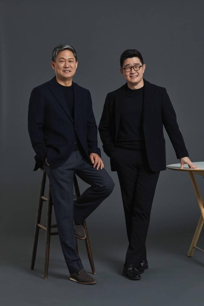 왼쪽부터 카카오엔터테인먼트 김성수, 이진수 대표. /제공=카카오