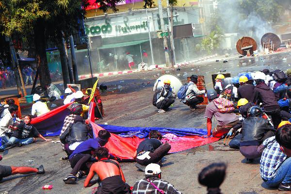 3일 미얀마 제2 도시 만달레이에서 쿠데타 불복종 시위에 나선 시민들이 진압 경찰의 발포가 시작되자 도로에 엎드리고 있다. 현지 매체에 따르면 이날 경찰의 실탄 사격으로 만달레이에서만 2명이 숨지고 10여명이 부상을 입었다. 로이터연합뉴스