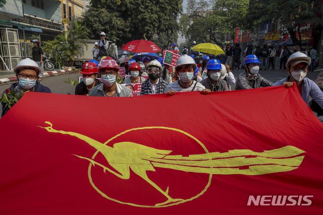 [만달레이=AP/뉴시스]3일 미얀마 만달레이에서 군부 쿠데타 반대 시위대가 미얀마 민족민주동맹(NLD) 깃발을 들고 시위하고 있다. 2021.03.03.