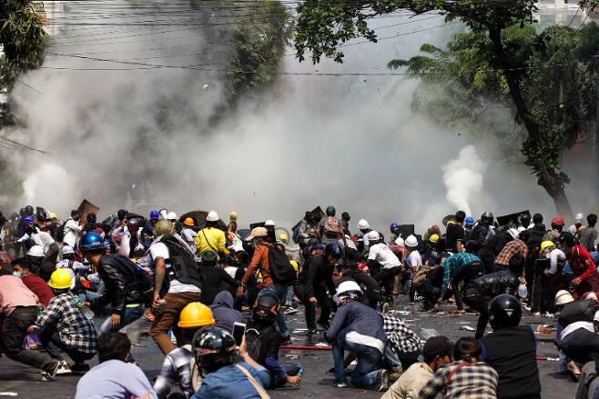 미얀마 군경의 최루가스 발포에 엎드린 시위대. 연합뉴스