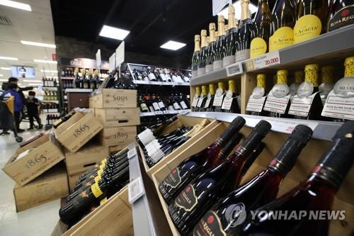 지난 1월 4일 서울 한 대형마트 와인코너. [연합뉴스 자료사진]