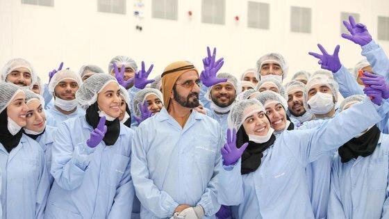 모하메드 빈 라시드 총리가 UAE 화성 프로젝트 스태프와 기념 사진을 찍고 있다. 사진 MBRSC