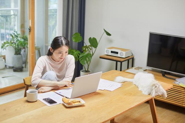 신종 코로나바이러스 감염증(코로나19) 이후 재택 근무 등을 통한 근무 환경의 변화는 '주 4일 근무제' 실현 가능성을 키우고 있다. 게티이미지뱅크