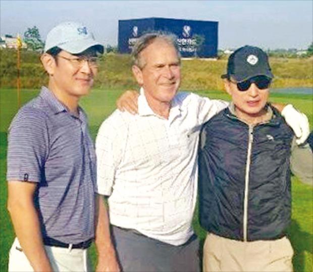 이재용 삼성전자 부회장(왼쪽)이 2015년 10월 방한한 조지 W. 부시 전 미국 대통령(가운데), 이명박 전 대통령과 골프 회동을 하며 기념 사진을 찍고 있다. /사진=연합뉴스