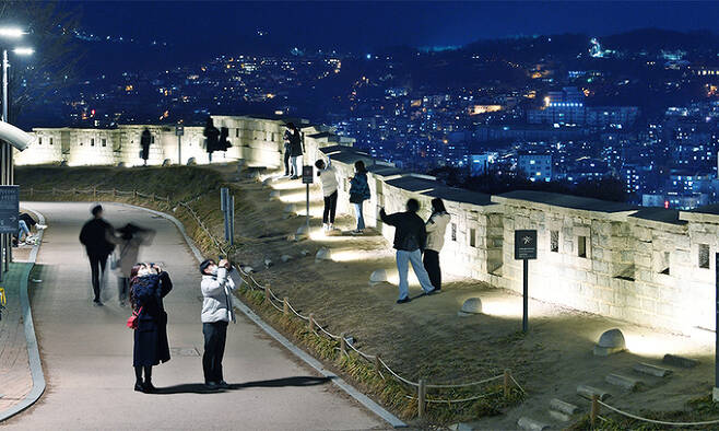 서울 한양도성 낙산성곽길의 밤 풍경. 대학로에서 가깝고 접근성이 좋아 젊은이들이 주로 찾는다. 낙산 구간은 경사가 완만해 산책길로도 손색이 없다. 백악 구간을 빼곤 낮에도 저녁에도 자유롭게 한양도성길을 다닐 수 있다. 각 구간마다 특색이 있지만 서울을 다시 볼 수 있는 색다름을 선사한다.