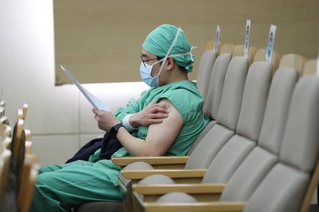 의료진 대상 신종 코로나 바이러스 감염증(코로나19) 백신 자체 접종이 실시된 가운데 5일 서울 종로구 서울대병원에서 의료진이 백신 접종 후 대기하면서 이상반응을 살피고 있다. 뉴스1