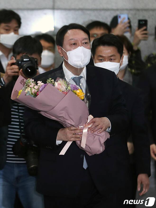 사퇴를 표명한 윤석열 검찰총장이 4일 직원들의 인사를 받으며 서울 서초구 대검찰청을 나서고 있다. 2021.3.4/뉴스1 © News1 이성철 기자