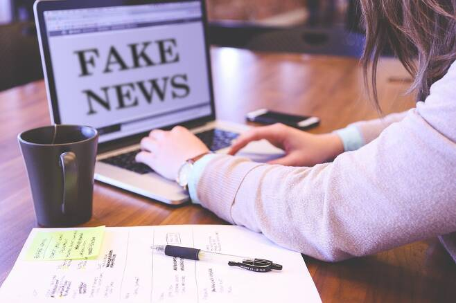 가짜뉴스 막는 법은 정보공유 직전 정확성 확인이 중요 - 심리학자, 뇌과학자, 수학자 등으로 구성된 연구진이 사용자가 SNS에 정보공유 전 정확성을 다시 한 번 생각하고 확인하도록 하면 가짜뉴스 공유가 3분의 1로 줄어들 수 있다는 연구결과를 내놨다.픽사베이 제공