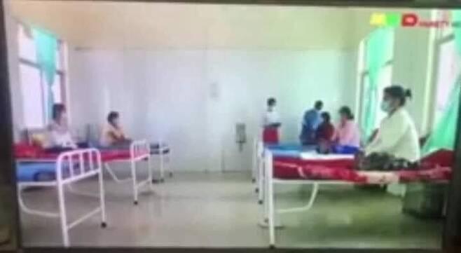군 병원에서 신발도 없이 하얀 벽 앞에 차려자세로 앉아있는 임산부들. 2021.3.14. [미얀마 먀와디 방송 화면 캡처]