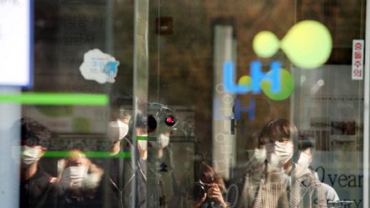 전북경찰청 반부패경제범죄수사대가 한국토지주택공사(LH) 전북본부를 압수수색한 22일 취재진들이 건물 입구 앞에 몰려있다. <연합뉴스>