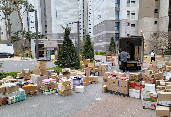 지난 2일 오후 서울 강동구의 한 아파트 단지 후문 인근에 택배 상자들이 쌓여 있다. 이 아파트에서는 이번 달 1일부터 택배 차량의 지상 출입이 금지됐다./연합뉴스