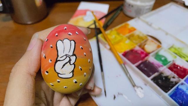4일 부활절을 맞아 세 손가락 경례를 그려 넣은 '부활절 달걀'. 양곤=로이터 연합뉴스