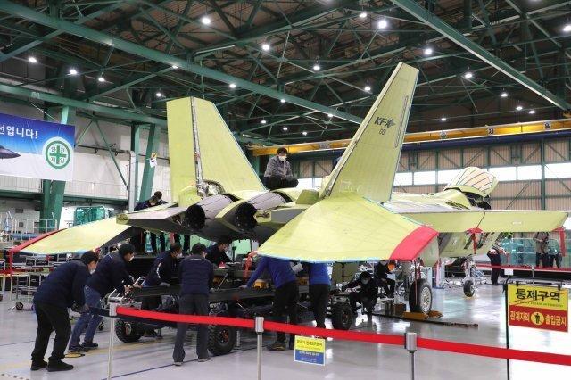 2월 24일 경남 사천 한국항공우주산업(KAI) 사천공장에서 한국형전투기 KF-X 시제기 막바지 조립 작업이 진행되고 있다. 국방일보 제공