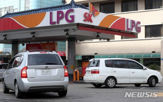 서울의 한 LPG 충전소에서 LPG차 운전자들이 충전을 하고 있다. 사진=뉴시스