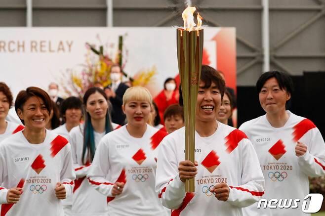 일본 여자 축구 대표 선수들이 2021년 3월25일 (현지시간) 후쿠시마현 나라하에서 도쿄 올림픽 성화 봉송 첫 주자로 뛰고 있다. © AFP=뉴스1 © News1 우동명 기자