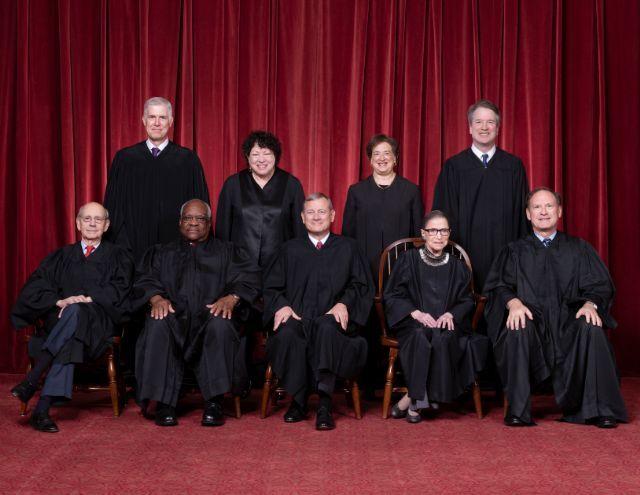 미국 연방대법원을 이끄는 9명의 대법관들. 앞줄 맨 왼쪽이 판결문을 쓴 스티븐 브라이어 대법관, 가운데가 존 로버츠 대법원장이다. 로버츠 대법원장 오른쪽은 지난 해 작고한 루스 베이더 긴즈버그. (사진=미국 대법원)