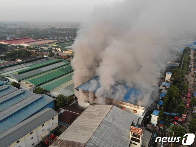 7일(현지시간) 양곤 서부 교외의 흘라잉 따야 마을의 중국인 소유 의류 공장에서 발생한 화재. © 로이터=뉴스1