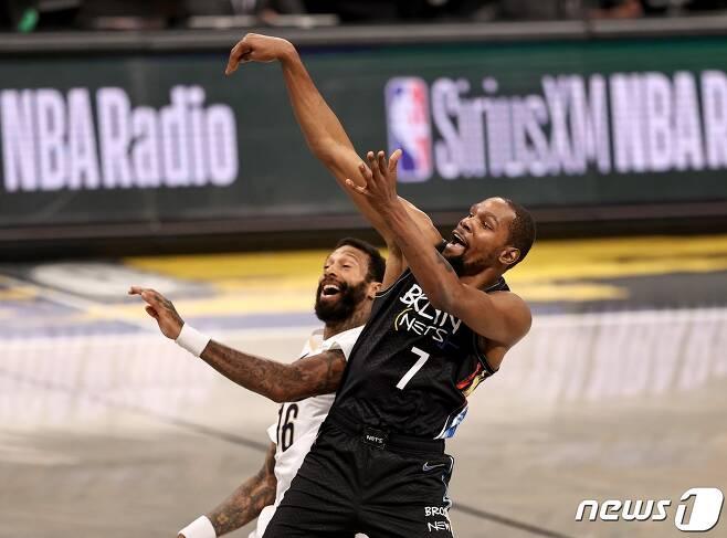 미국프로농구(NBA) 브루클린 네츠의 케빈 듀랜트가 8일(한국시간) 미국 뉴욕의 브루클린 바클레이스 센터에서 열린 뉴욜리언스 펠리컨스와의 경기에서 슛을 시도하고 있다. © AFP=뉴스1