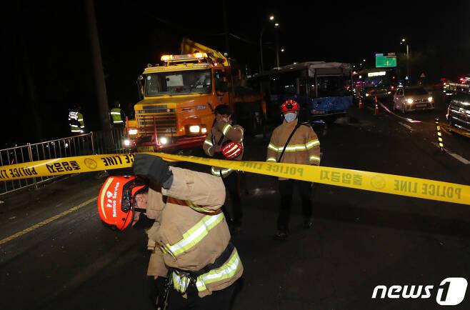 6일 오후 5시59분쯤 제주대학교 입구 사거리에서 발생한 연쇄 추돌사고로 전복됐던 버스가 처참한 모습을 보이고 있다. 이날 산천단서 제주시내 방향으로 달리던 4.5톤 화물트럭이 시내버스 2대와 1톤 트럭을 잇따라 들이받아 40여 명의 사상자가 발생했다.2021.4.6/뉴스1 © News1 오현지 기자