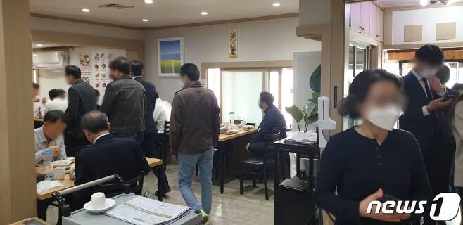 8일 낮 서울 종로구 유명 생태탕 전문점 '안성또순이'에 손님이 몰려들고 있다. 2021.04.08 /뉴스1 © 뉴스1 이비슬 기자