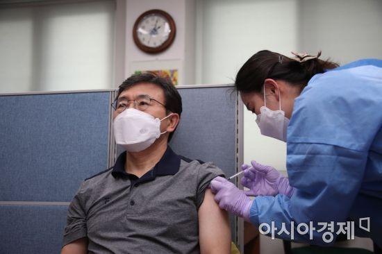 권덕철 보건복지부 장관이 지난달 26일 서울 종로구보건소에서 아스트라제네카사의 코로나19 백신을 맞고 있다./강진형 기자aymsdream@