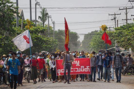 지난 7일(현지시간) 미얀마 만델레이에서 시민들이 군부에 항의하는 시위에 참가하고 있다. 만델레이(미얀마)=EPA연합