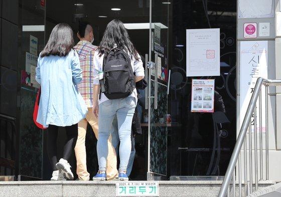 4·7재보궐 선거일인 7일 오후 청년유권자들이 서울 서대문구 신촌동자치회관에 마련된 투표소로 향하고 있다. [뉴스1]