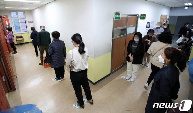 (서울=뉴스1) 조태형 기자 = 4·7재보궐선거 투표일인 7일 오후 서울 서대문구 인왕초등학교에 마련된 홍제3동 4투표소에서 유권자들이 투표하기 위해 대기하고 있다. 2021.4.7/뉴스1