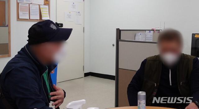 22년만에 실종수사팀 사무실에서 재회한 형제. (사진=남양주남부경찰서 제공)
